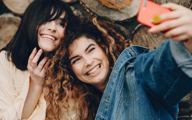 La vue de dessus de deux sœurs qui n'ont pas vu depuis longtemps et qui font maintenant une photo commune