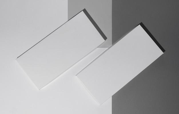 Vue de dessus de deux tablettes de chocolat avec emballage et espace de copie