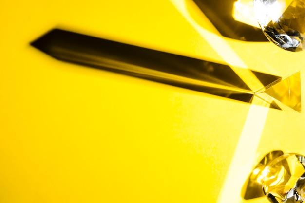 Une vue de dessus de diamant de cristal sur fond jaune