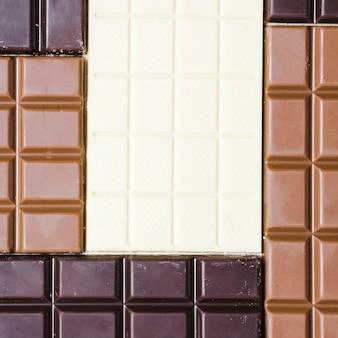 Vue de dessus différentes barres de chocolat colorées
