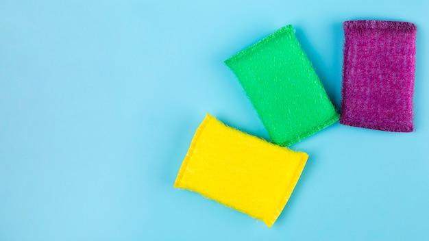 Vue de dessus différentes éponges colorées