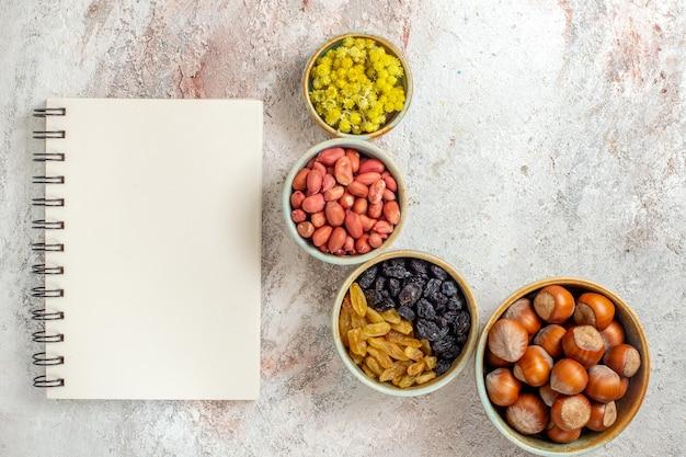 Vue de dessus différentes noix aux raisins secs sur fond blanc casse-croûte aux raisins secs