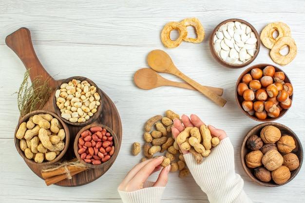 Vue de dessus différentes noix cacahuètes noisettes et noix