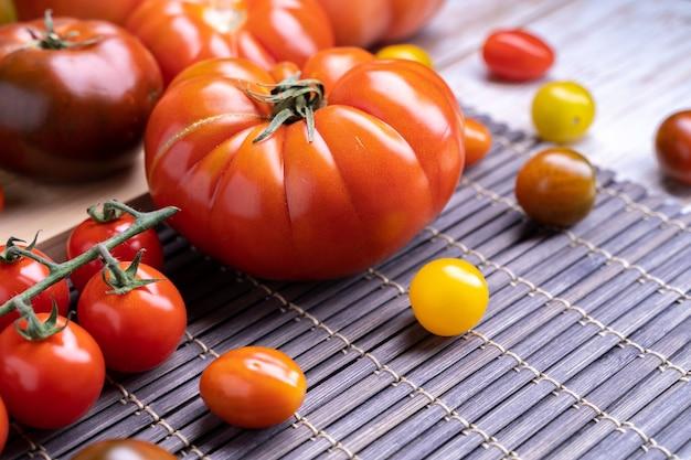 Vue de dessus de différentes variétés de tomates