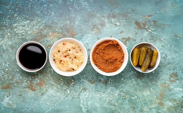 Vue de dessus de différents aliments fermentés sains