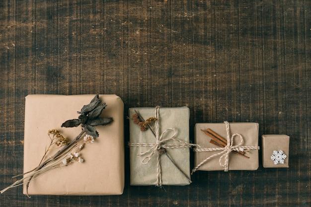 Vue de dessus avec différents cadeaux et espaces de copie