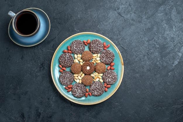 Vue de dessus différents cookies au chocolat à base de noix sur le fond gris bonbons bonbon sucre gâteau sucré cookie