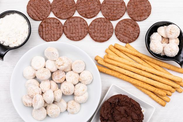Vue de dessus différents cookies sur tableau blanc