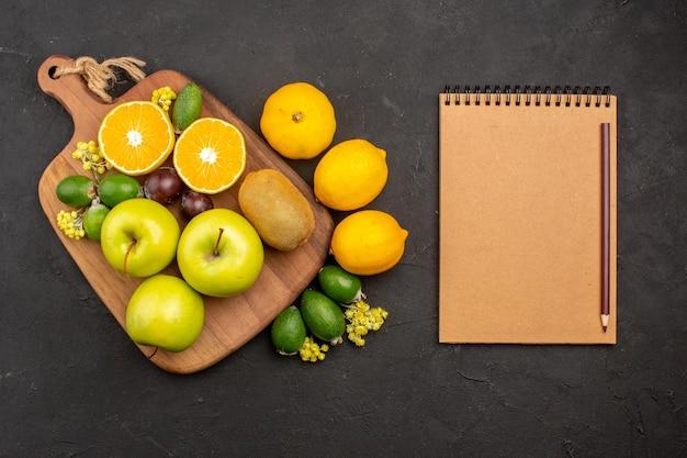 Vue de dessus différents fruits composition fruits mûrs et moelleux sur fond sombre fruit arbre mûr frais moelleux