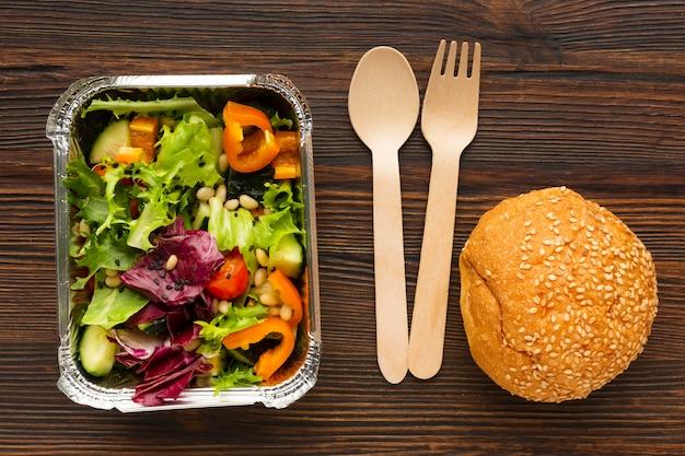 Vue de dessus avec différents repas sur une table en bois