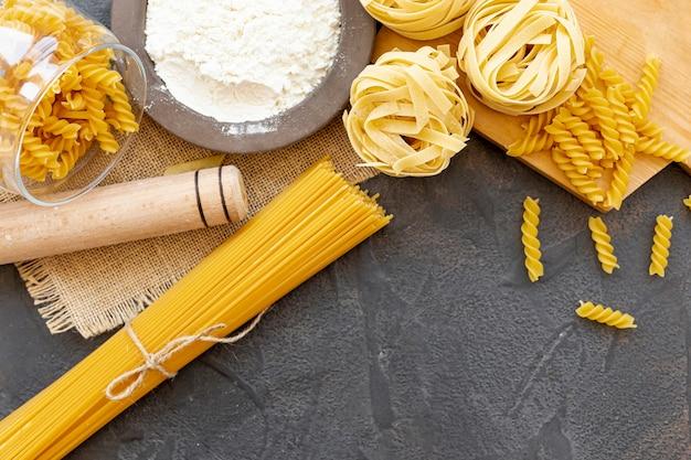 Vue de dessus de différents types de pâtes