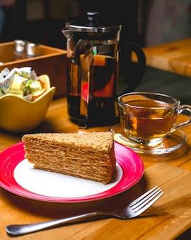 Vue de dessus disert gâteau au miel avec une tasse de thé
