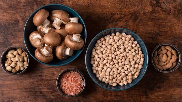 Vue de dessus de la disposition des aliments dans des bols