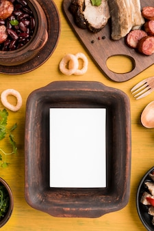 Vue de dessus de la disposition des aliments et des plateaux