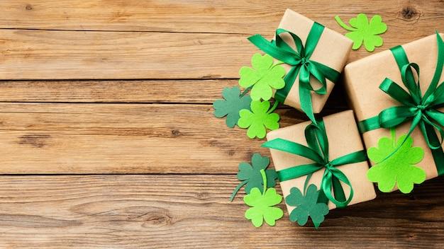 Vue de dessus de la disposition des cadeaux et des trèfles