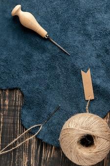 Vue de dessus de la disposition du tissu et du fil