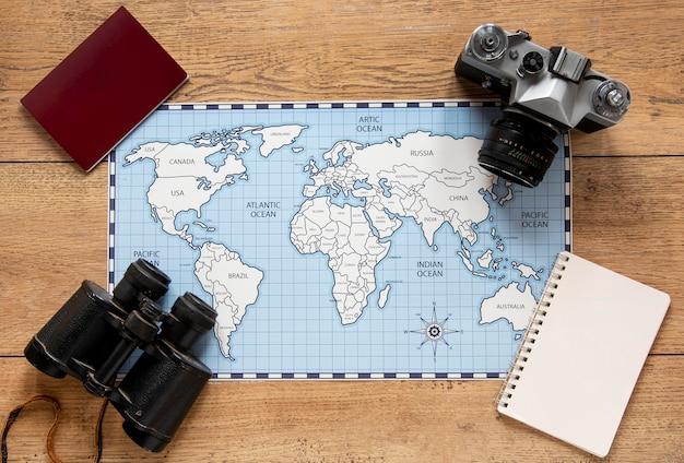 Vue de dessus de disposition des éléments de tourisme