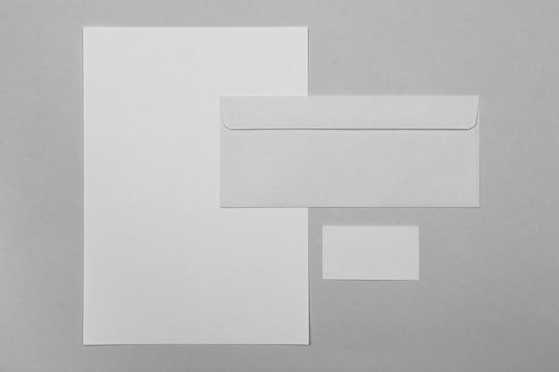 Vue de dessus de la disposition des feuilles de papier et des enveloppes