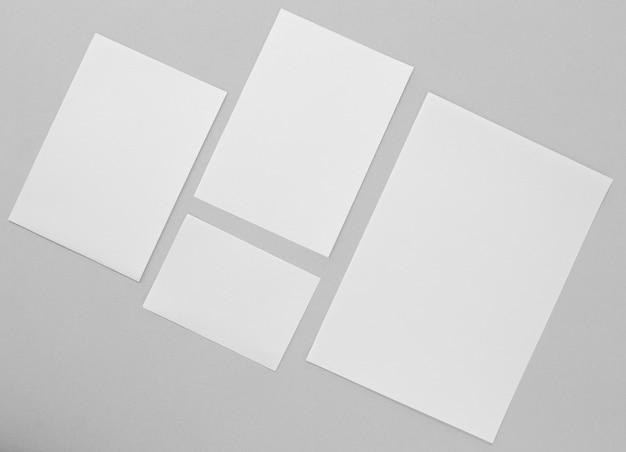 Vue de dessus de la disposition des morceaux de papier