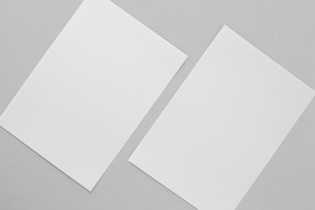Vue de dessus de disposition des morceaux de papier