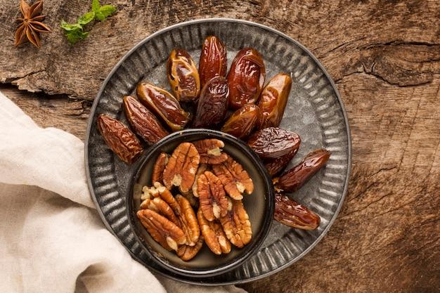 Vue de dessus de disposition des noix et des dates