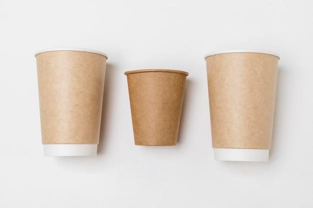 Vue de dessus de la disposition des tasses à café en carton