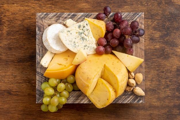 Vue de dessus divers fromages sur une table