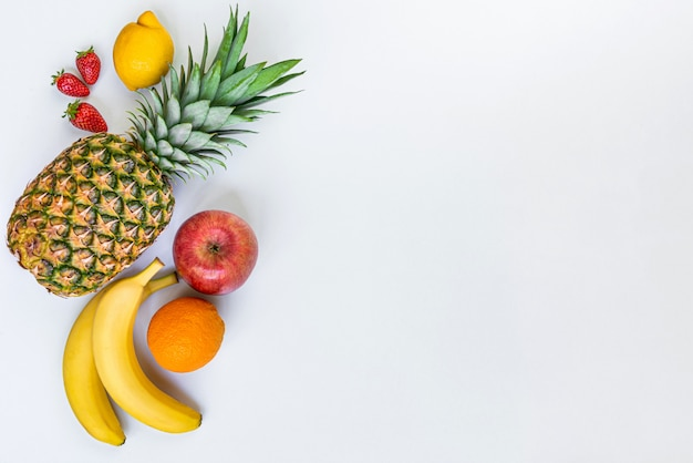 Vue de dessus de divers fruits sur blanc. copiez l'espace.