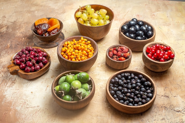 Vue de dessus de divers fruits naturels et frais dans des bols