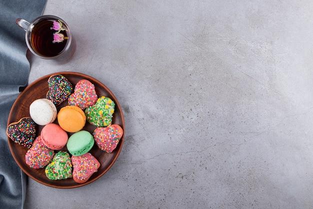 Vue de dessus de divers types de biscuits avec une tasse de thé