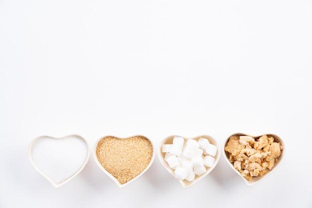Vue de dessus de divers types de sucre sur blanc