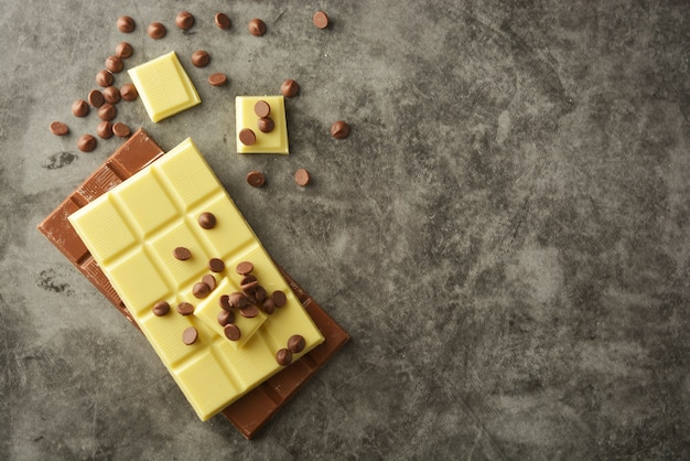 Vue de dessus de diverses barres de chocolat avec espace de copie.