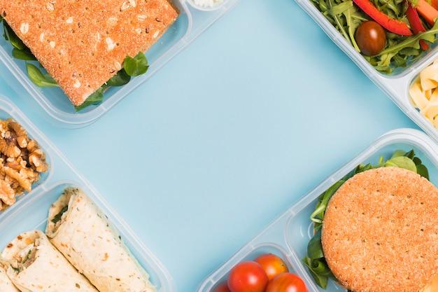 Vue de dessus de diverses boîtes à lunch avec espace copie