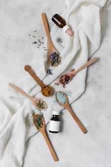 Vue de dessus diverses cuillères avec des ingrédients naturels du visage