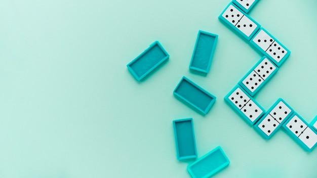 Vue de dessus des dominos sur fond bleu