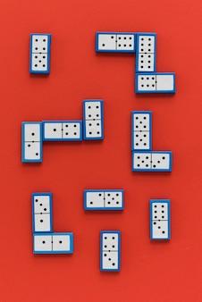 Vue de dessus des dominos sur fond rouge