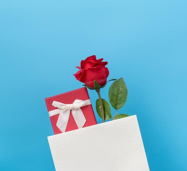 Vue de dessus de donner une carte-cadeau pour la saint-valentin.