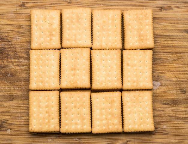 Vue de dessus de douze biscuits rectangulaires