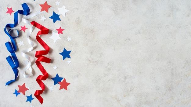 Vue de dessus drapeau des états-unis, rubans et étoiles avec copie-espace