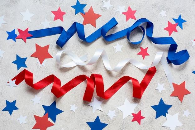 Vue de dessus drapeau des états-unis, rubans et étoiles