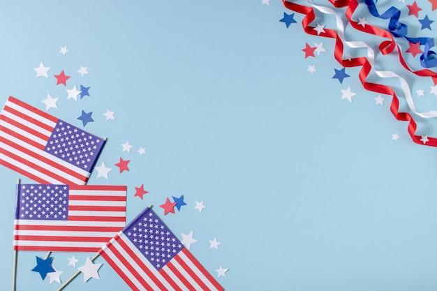 Vue de dessus des drapeaux des états-unis et des étoiles avec copie-espace