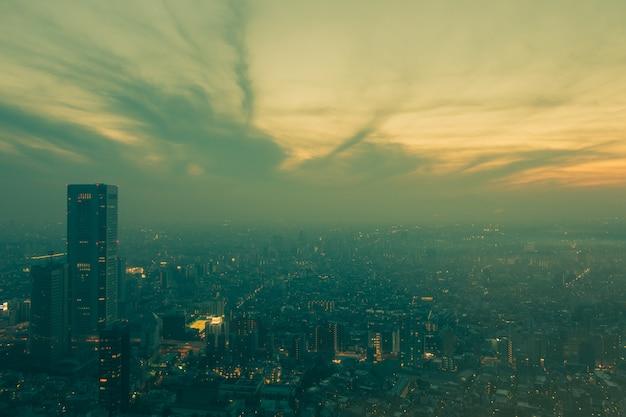 Vue de dessus du bâtiment de bureau dans le quartier des affaires avec un ciel bleu