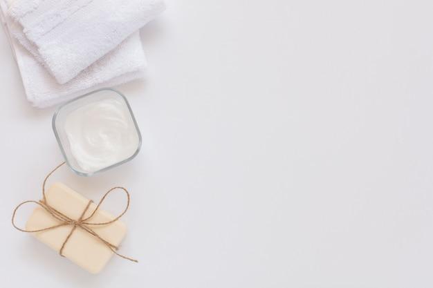 Vue de dessus du beurre corporel et du savon sur fond blanc avec espace de copie