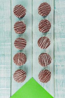 Vue de dessus du biscuit au miel fait maison brésilien recouvert de chocolat - pao de mel