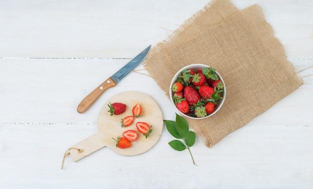Vue de dessus du bol et assiette avec des fraises