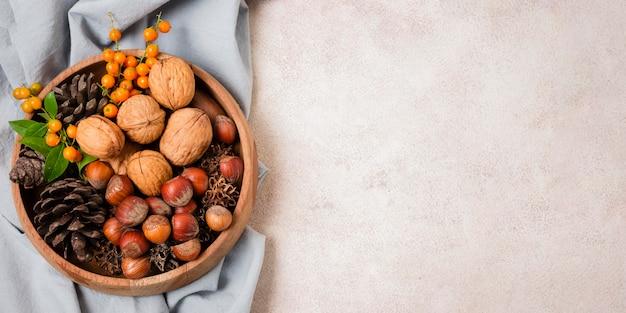 Vue de dessus du bol d'automne avec des pommes de pin et de l'espace de copie