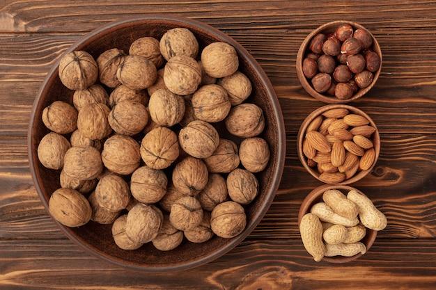 Vue de dessus du bol avec noix et autres noix
