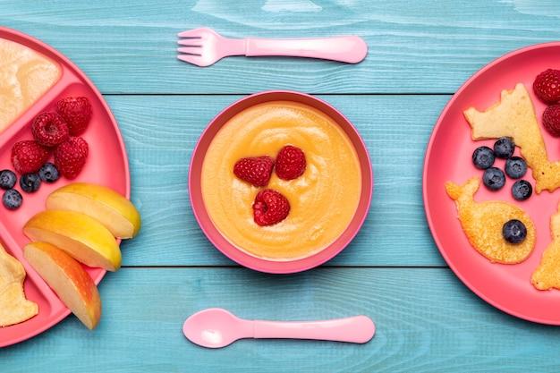 Vue de dessus du bol avec de la nourriture pour bébé et des framboises