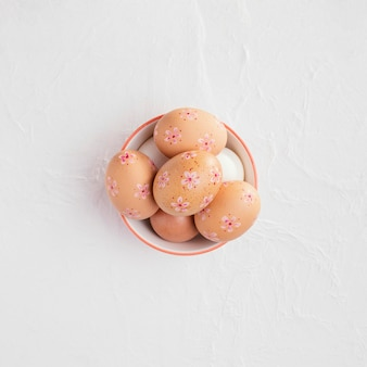 Vue de dessus du bol avec des oeufs de pâques décorés