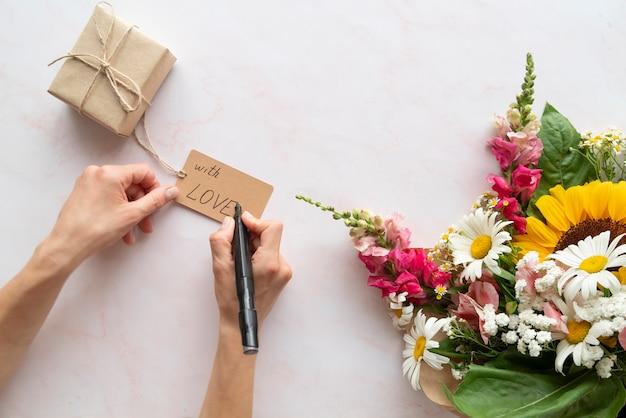 Vue de dessus du bouquet de fleurs avec cadeau